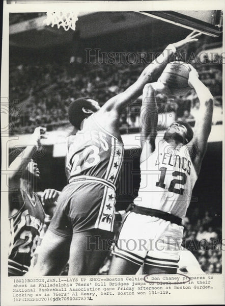 1972 Press Photo Celtics Don Chaney vs 76ers Bill Bridges - Historic Images