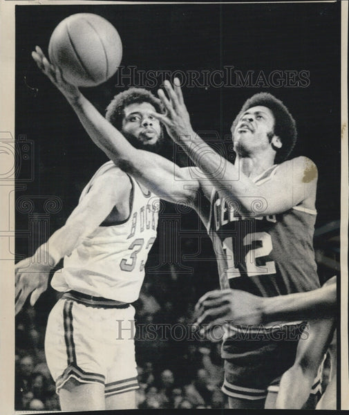 1974 Press Photo Celtics Don Chaney vs Bucks Abdul Jabbar - Historic Images