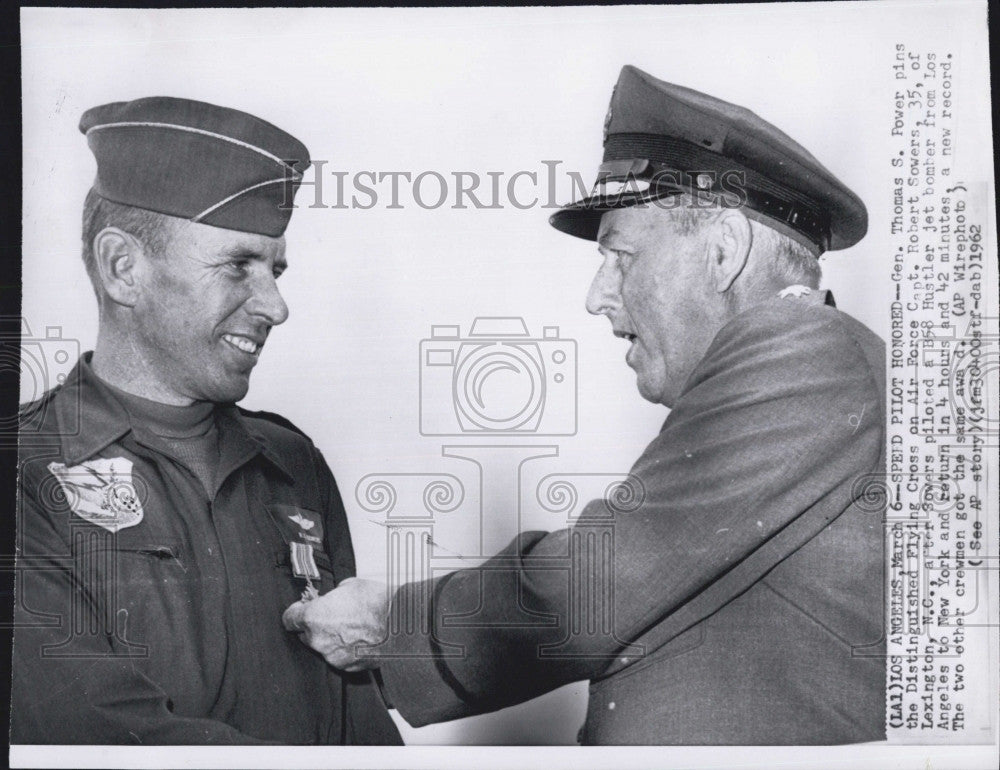 1962 Press Photo Gen Thomas S Powers & Capt Robert Sowers Dist, Flying Cross - Historic Images