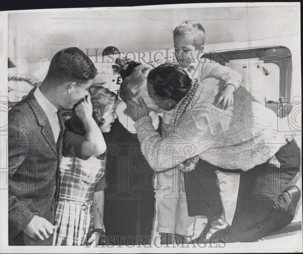 1960 Press Photo Charles Banfe Round World Pilot With Family Peter Charles - Historic Images