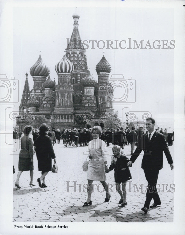 1970 Press Photo Vitaly Sevastianov and family in Red Square Moscow - Historic Images
