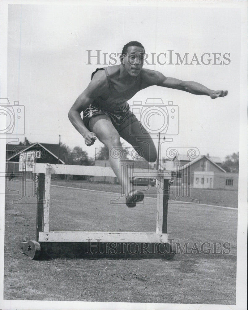 1959 Press Photo Athlete Lonnie Sanders going over hurdles - Historic Images