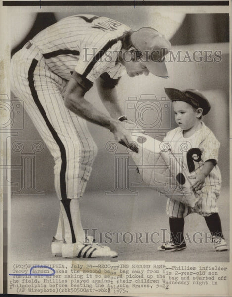 1975 Press Photo Phillies infielder Terry Harmon and his son Justin - Historic Images