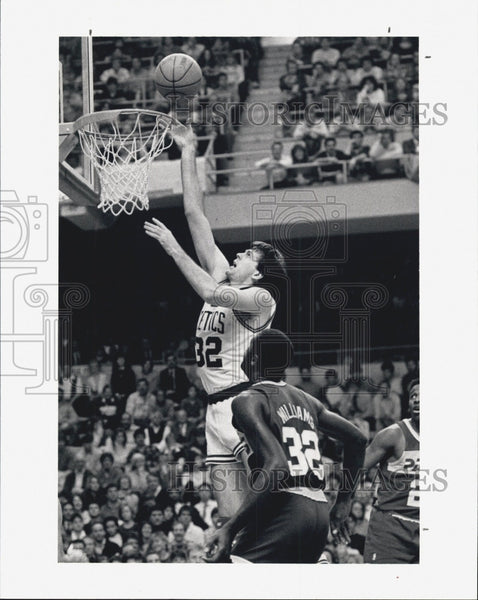 1987 Press Photo Boston Celtics' Kevin McHale Dunks over Herb Williams - Historic Images