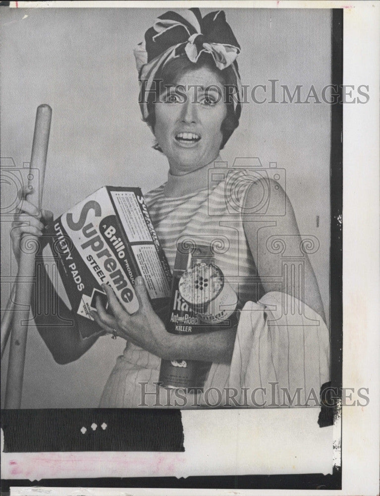 1974 Press Photo TV Commercial to tell her how to clean her kitchen - Historic Images