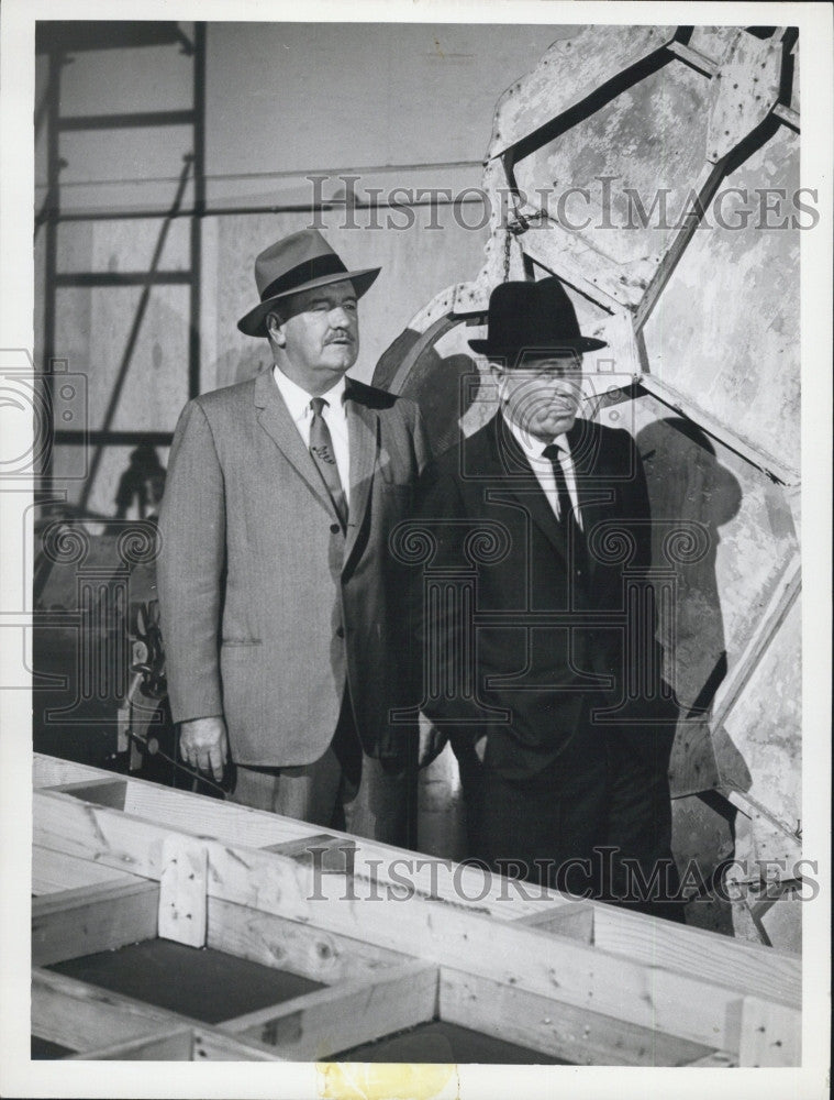 1964 Press Photo Regis Toomey & Barny Kelly Star In Burke's Law - Historic Images