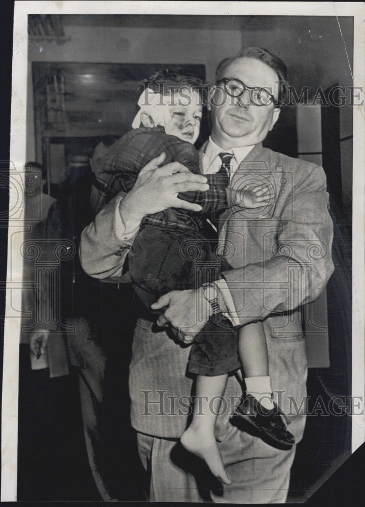 1952 Press Photo Richard Lindberg & son Rich Jr after he played with gun - Historic Images