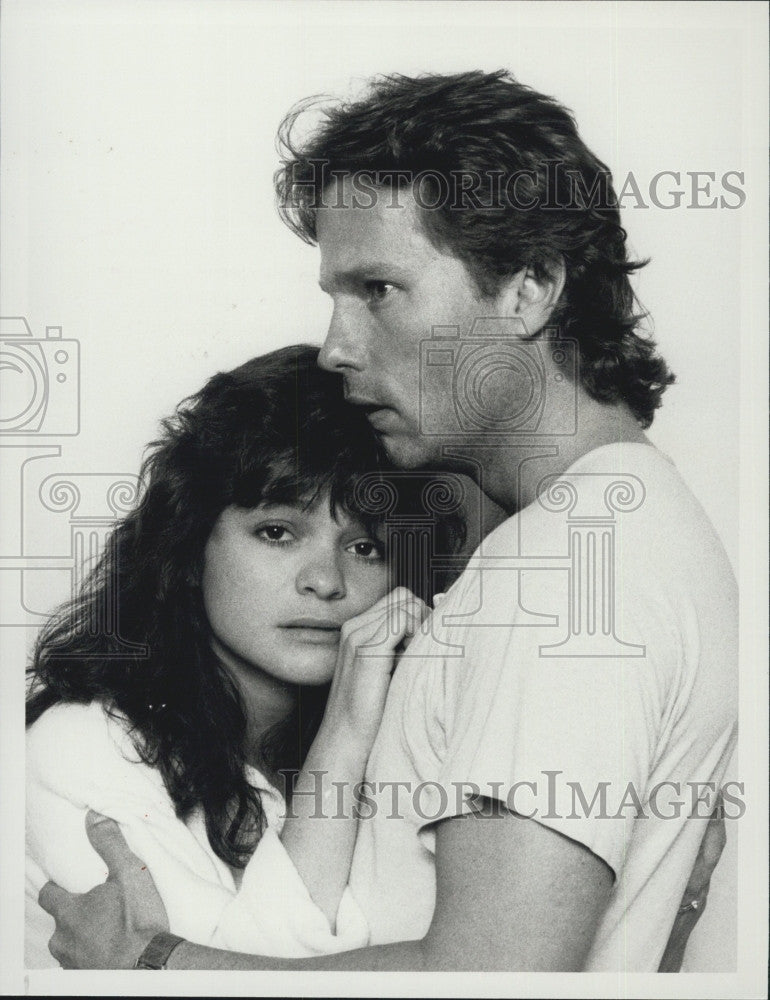 "1985 Press Photo Valerie Bertinelli & John Savage in ""Silent Witness"" - Historic Images"