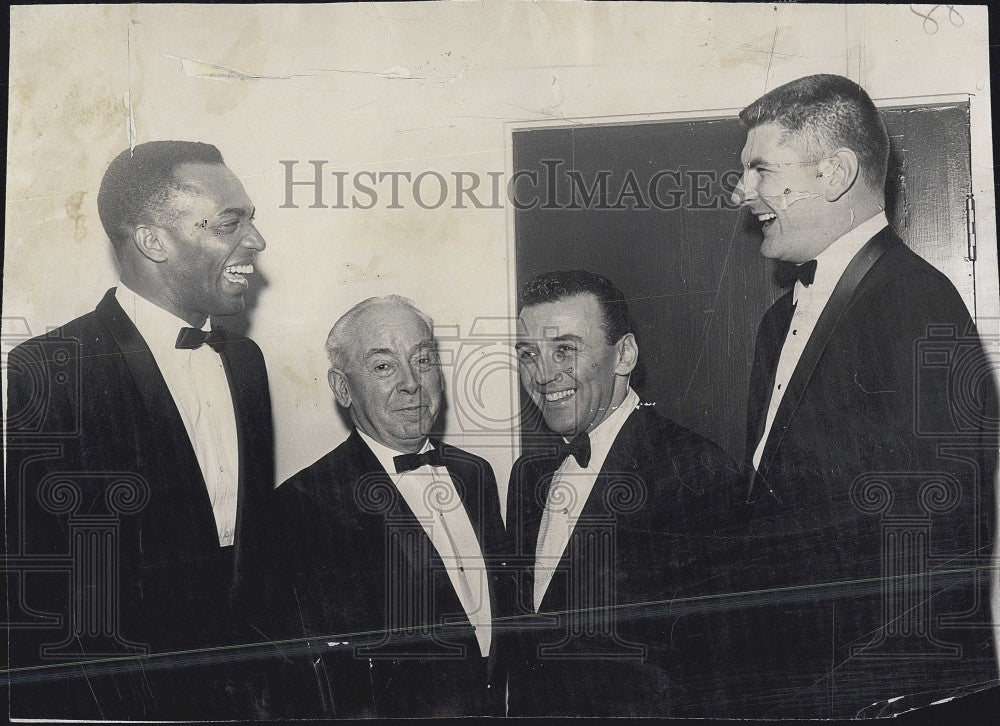 1963 Press Photo Sportswriter Joe Cashman and others - Historic Images