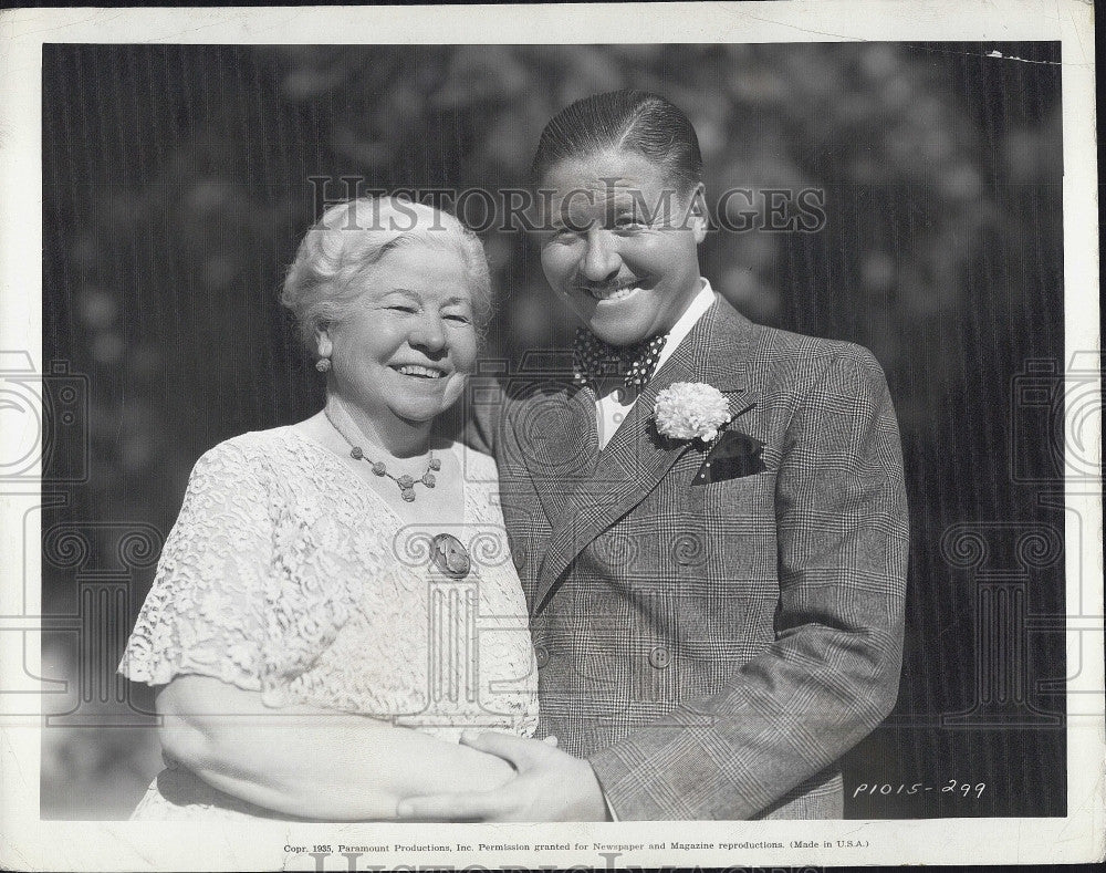 "1935 Press Photo Jack Oakie and mom Mrs Evelyn Offield on set ""Collegiate:"" - Historic Images"
