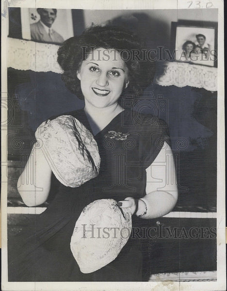 1945 Press Photo Mary Mohammed with Embroidered Hats from Saudi Arabian Prince - Historic Images