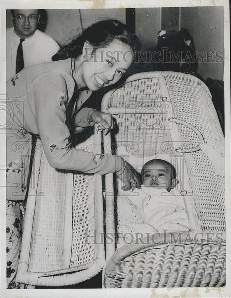 1948 Press Photo Mienarsih Sastrosatomo, Daughter Shanti of West Java President - Historic Images