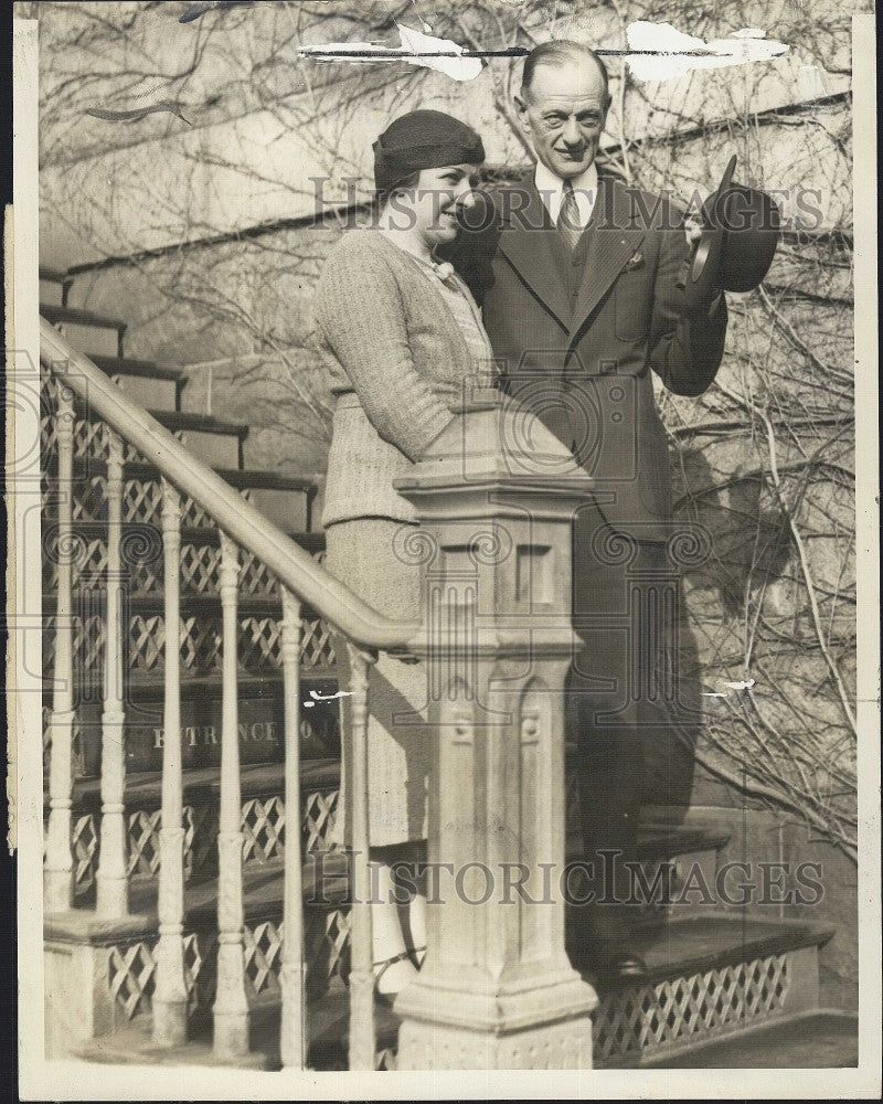 1934 Press Photo Couple Norman Brighton Man Woman on Steps - Historic Images