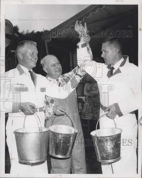 1959 Press Photo Judge Richard Gordon Wins Cow Milking Contest - Historic Images