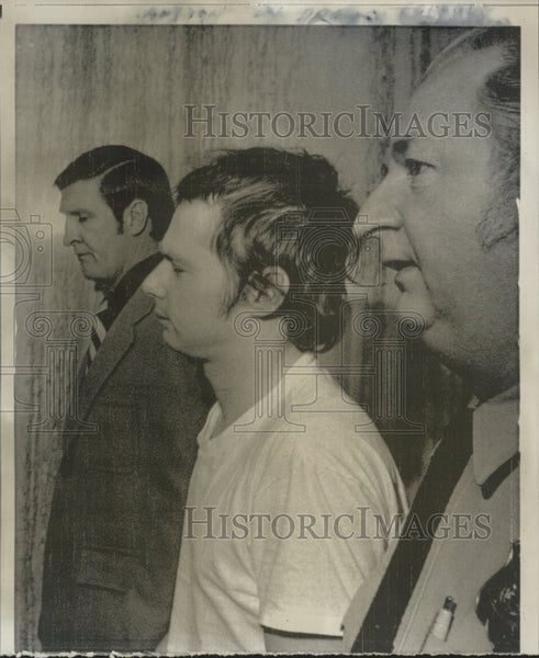 Press Photo Prisoner in T-Shirt Escorted by Two Detectives or Marshals - Historic Images