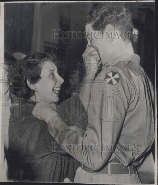 1951 Press Photo Mrs Ira Baram Welcomes Home Husband from Korea - Historic Images