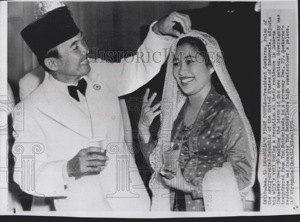 1950 Press Photo Indonesia Ruler President Soekarno Adjusts Wife's Veil At Home - Historic Images