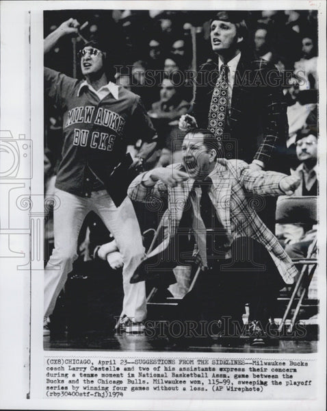 1974 Press Photo Milwaukee Bucks Coach Larry Costello & Assistants During Game - Historic Images