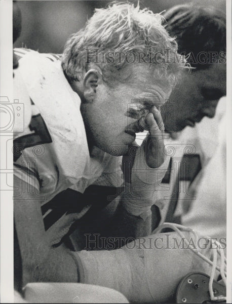 1988 Press Photo Denver Broncos' Karl Mecklenburg watches team lose to Seahawks - Historic Images