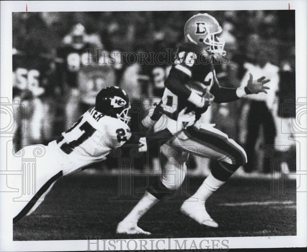 1990 Press Photo Chiefs Kevin Porter tackles Bobby Humphrey - Historic Images