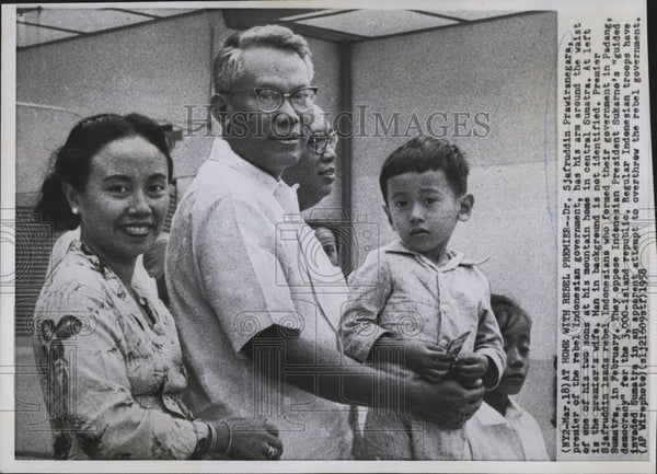 1958 Press Photo Indonesian Leader Dr Sjafruddin Prawiranegara with Wife and Son - Historic Images
