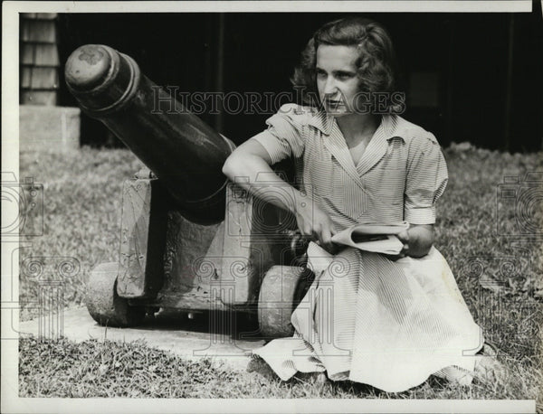 1940 Press Photo Mary Louise Collier beside cannon - Historic Images