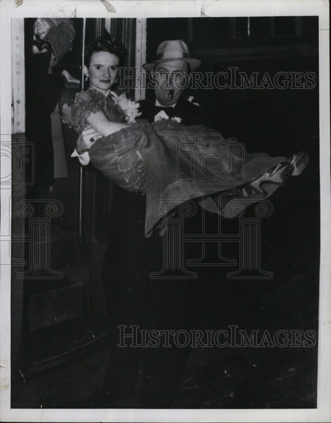1949 Press Photo Ray Woods carries his bride Palma Farr - Historic Images