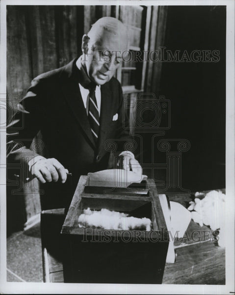 Press Photo Alistair Cooke posing for photo - Historic Images