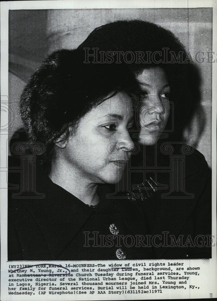 1971 Press Photo Widow of civil rights leader WM Young Jr & their daughter - Historic Images