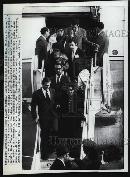 1971 Press Photo Widow of civil rights leader WM Young Jr returns to Nigeria - Historic Images