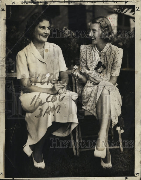 1932 Press Photo Mrs Richard Storey and Mrs Lawrence Coolidge Have Lunch - Historic Images