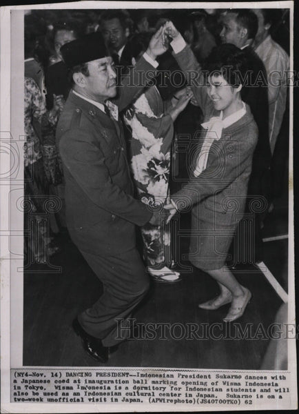 1962 Press Photo Indonesian President Sukarno Dancing - Historic Images