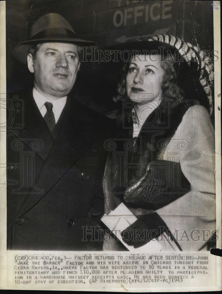 1943 Press Photo Jake The Barber Factor And Wife Return To Chicago After Senten - Historic Images