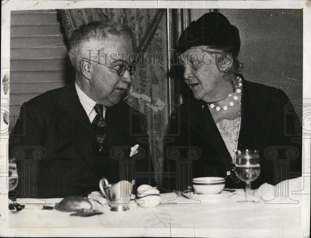 1934 Press Photo Dr.Alan Roy Dafoe, famous Doc. with Mrs. James Roosevelt. - Historic Images