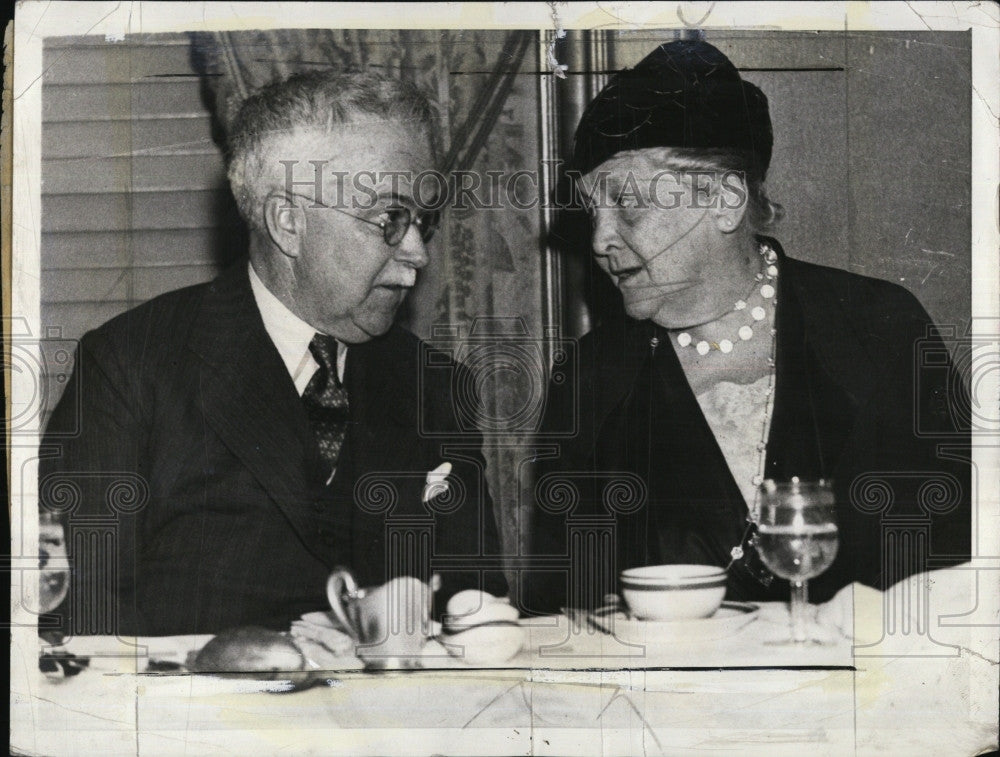 1934 Press Photo Dr.Alan Roy Dafoe,famous Doctor with Mrs.James Roosevelt. - Historic Images