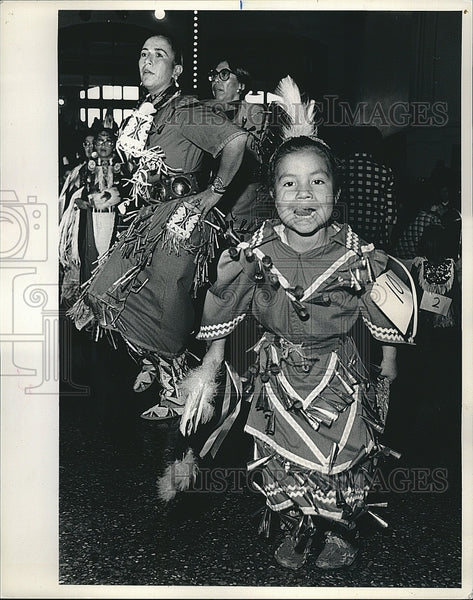 1987 Press Photo Native American Women Dance at Chicago American Indian Powwow - Historic Images