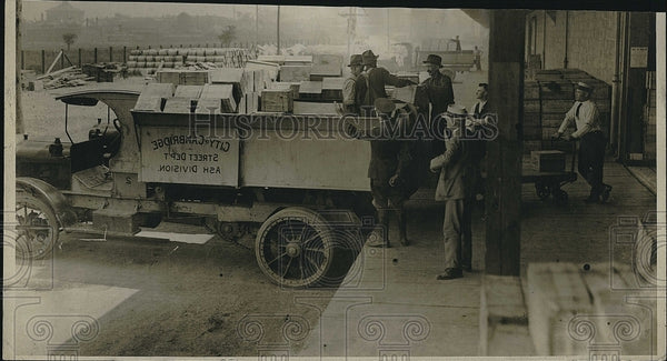 1919 Press Photo Lt Riedel & others load Army food supplies in South Boston - Historic Images