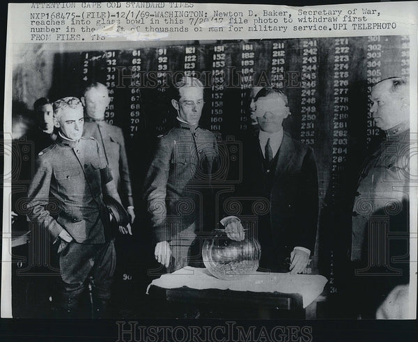 1917 Press Photo Sec of War Newton Baker draws draft numbers - Historic Images