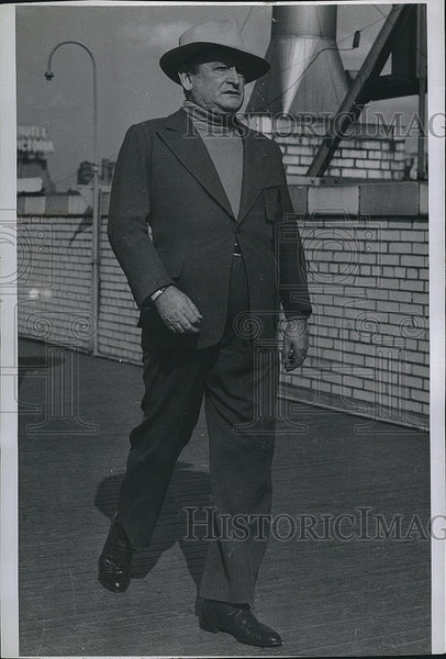 1942 Press Photo Hype Igoe, sports writer out for a walk - Historic Images