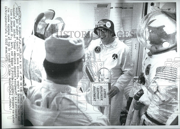1971 Press Photo Apollo 14 Pad Leader Guenther Wendt Wears German Helmet - Historic Images