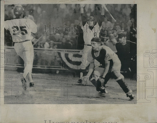 1971 Press Photo Rochester's Don Taylor vs Bears Rick Donnelly - Historic Images