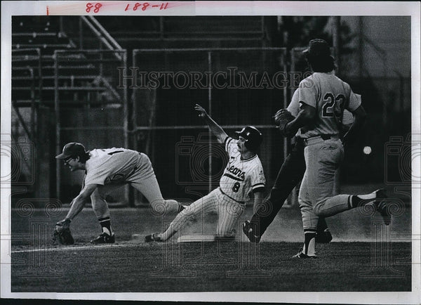 1979 Press Photo Steve Staggs of Denver Bears slides into third - Historic Images
