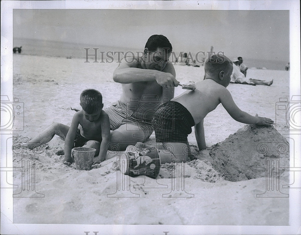 1957 Press Photo Phillie's Baseball Player Robin Roberts At Beach With Family - Historic Images