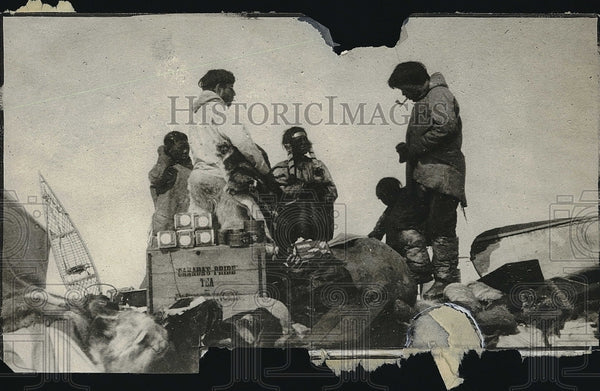 1920 Press Photo Rasmussin trading with Padleomiect Tribe - Historic Images