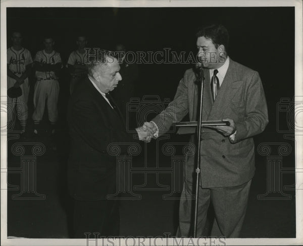 1950 Press Photo Cardinals give plaque to KSD sports writer Taylor Spink - Historic Images