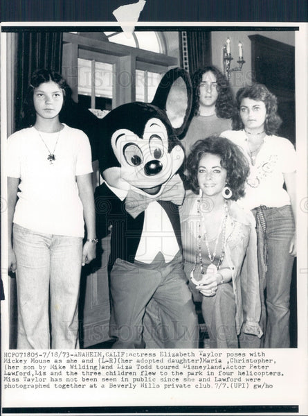 1973 Elizabeth Taylor & Mickey Mouse Press Photo - Historic Images