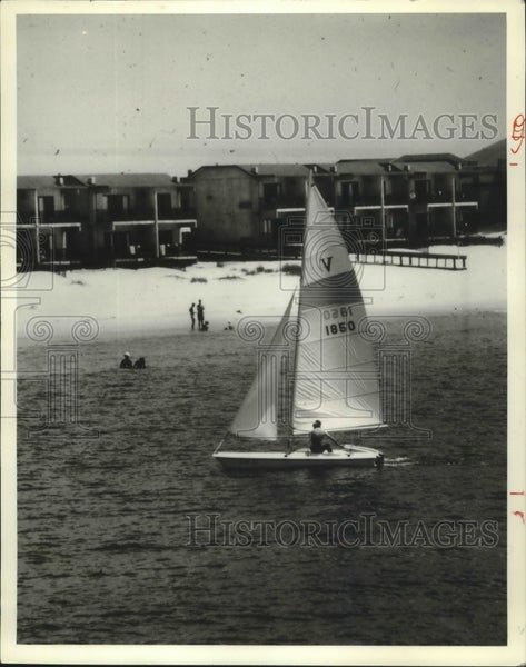 1979 Press Photo Sailboat puts in along Alabama's Gulf State Park beach. - Historic Images