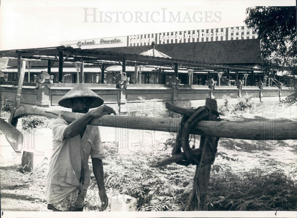 1981 Bali Indonesia Rice Farmer & Kentucky Fried Chicken Press Photo - Historic Images