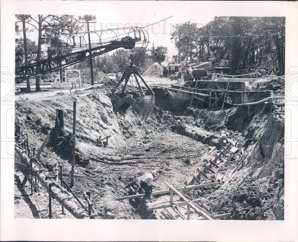 1965 Pinellas Park Florida Installing Sewers on 66th Street Press Photo - Historic Images