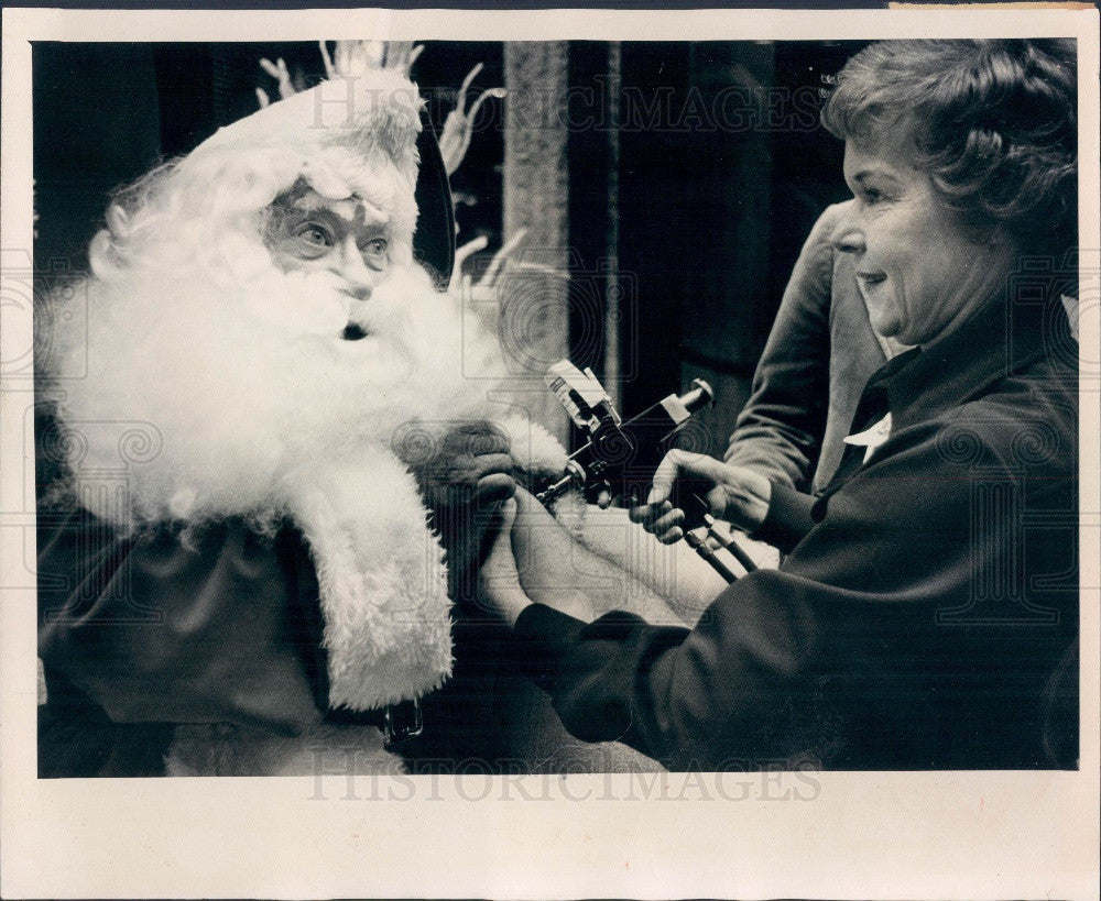 1976 Clearwater, Florida Mall Santa Claus gets Swine Flu Shot Press Photo - Historic Images